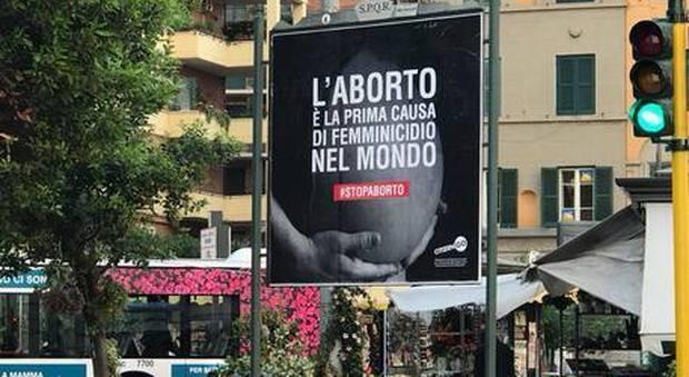 Aborto, manifesti choc a Roma: il Campidoglio valuta la rimozione