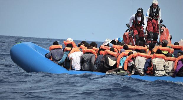 Migranti, nuovo sbarco nel porto di Crotone: sono 39 iracheni soccorsi a largo