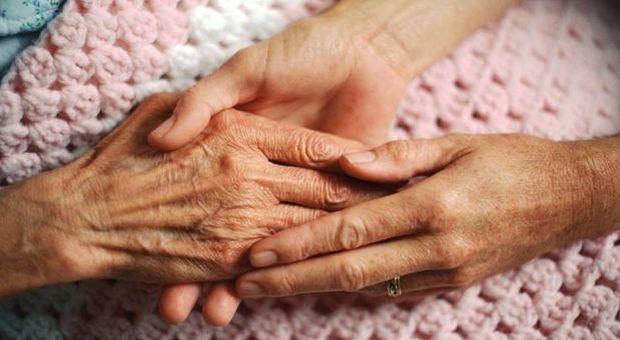Il figlio 50enne muore di malattia, gli anziani genitori muoiono di crepacuore a poche ore di distanza