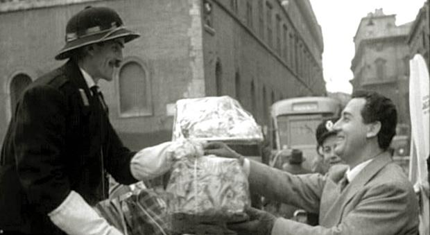 Alberto Sordi alla befana di piazza Venezia del 1957