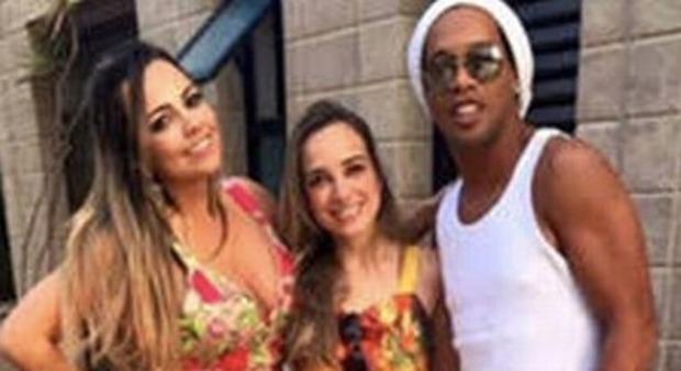 Ronaldinho, che doppietta: «Sposerà le sue due fidanzate». Convivono in tre dal 2016