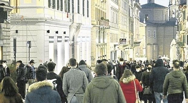 Ancona, zona arancione Covid e lockdown? No, grazie, tutti a spasso: folla in spiaggia e movida al porto