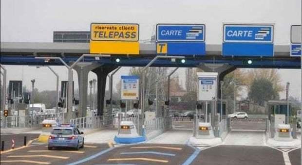 Non paga pedaggi per 10.000 euro accodandosi nelle corsie Telepass, romano denunciato