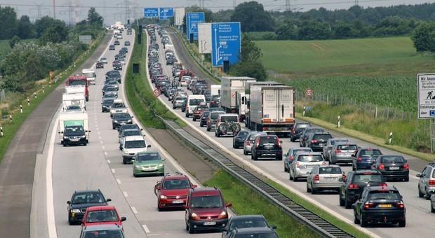 Autostrade, limite a 150 all'ora nei tratti a 3 corsie. «Non ci sarà meno sicurezza»