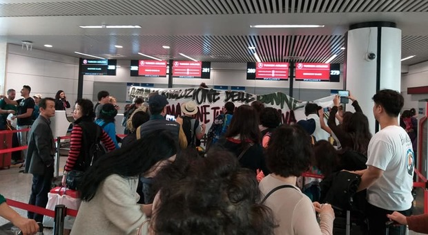 Turchia, protesta centri sociali al check-in della Turkish Airlines a Fiumicino