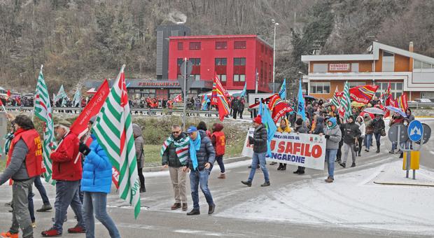 Protesta dei dipendenti Safilo a Longarone