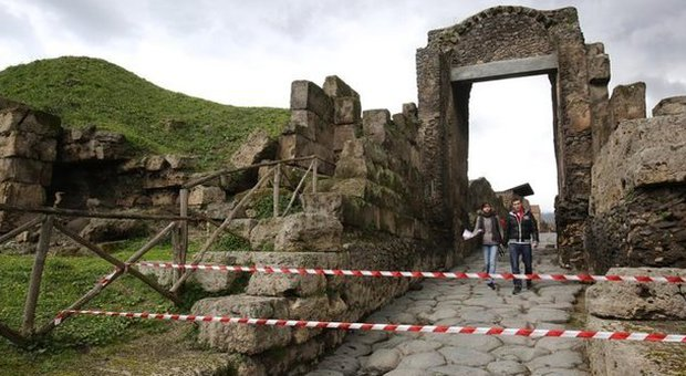 Pompei, il crollo della tomba di Porta Nocera