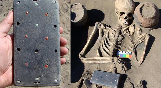 Archeologi trovano «iPhone» di 2.100 anni in una tomba dell'Atlantide russa