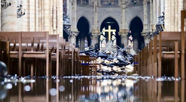 Notre Dame, si teme per la stabilità. Volta crollata, le immagini dell'interno