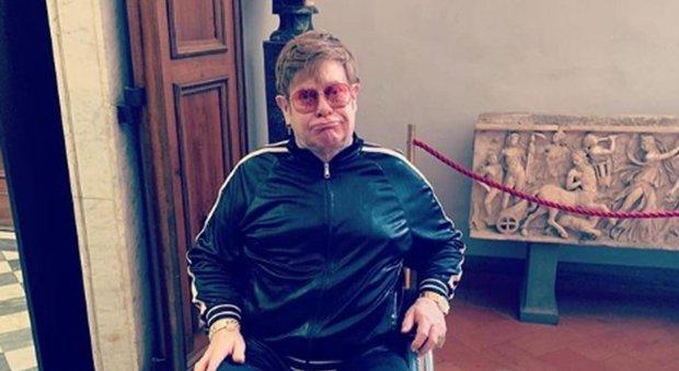 Elton John, visita a sorpresa agli Uffizi in sedia a rotelle