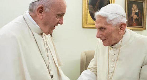 Ratzinger rompe il silenzio con uno scritto sulla pedofilia, Vaticano spiazzato