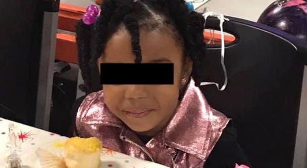 Uccisa a 4 anni da un colpo di pistola sparato dal fratellino di tre: il padre è un soldato