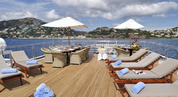 Jacuzzi deck (courtesy of Valef Yachts)