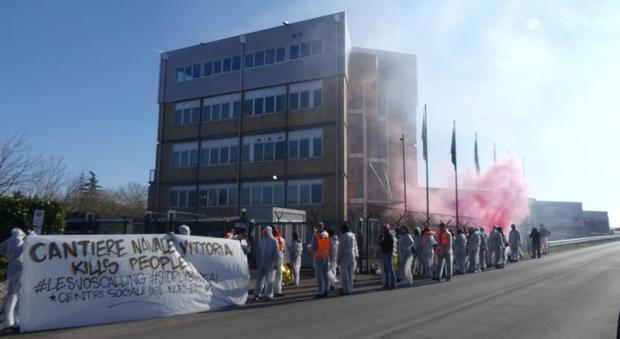 I manifestanti dei centri sociali ai Cantieri Vittoria