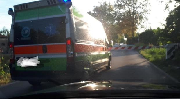 Giù le sbarre del passaggio a livello: ambulanza in coda per oltre 10 minuti