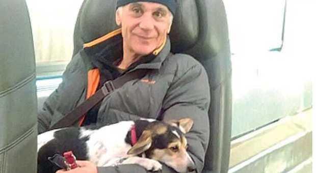 Denis vive in un camper con la sua cagnolina: pioggia di offerte di lavoro, perfino dall'Olanda