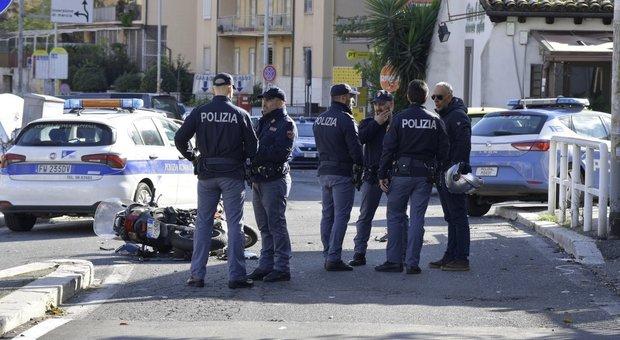 Roma, spari a Corso Francia: ladri in fuga si schiantano contro la polizia. Agenti feriti