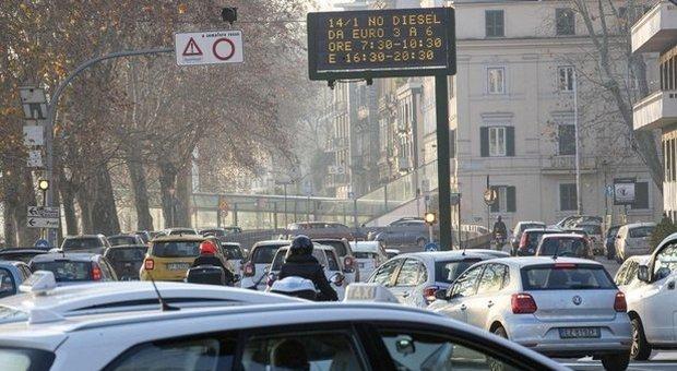 Roma, smog in aumento: nuovo stop ai diesel e limiti ai riscaldamenti. I presidi: lezioni a rischio
