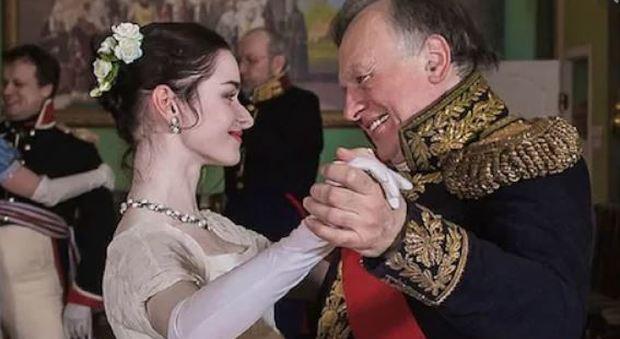 Il professore Oleg Sokolov e la 24enne Anastasija Eshchenko  durante una rievocazione dell'era napoleonica (Foto da VKontakte)