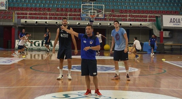 Il coach Alessandro Rossi dà le prime indicazioni (Foto Meloccaro)