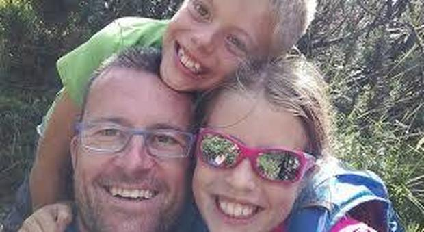 Bambini strangolati dal padre: «Ha fatto da mangiare e dopo cena li ha uccisi»