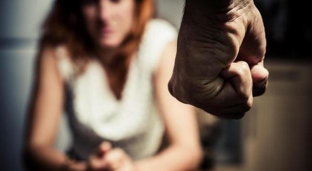 Pestata dal marito per come educa i figli: le sputa in faccia mentre la soffoca