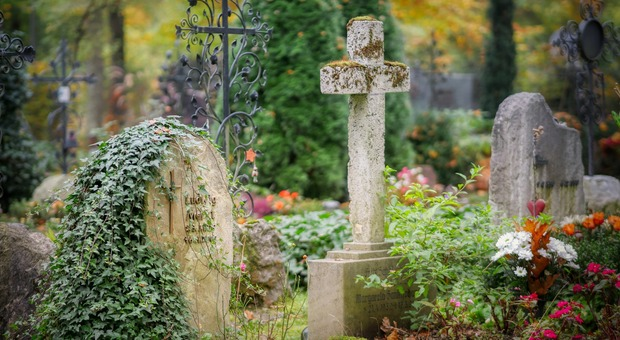 Operaio del cimitero sistema la fossa di una tomba: la terra crolla e resta sepolto