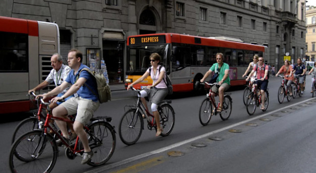 Bici fra gli autobus a Roma