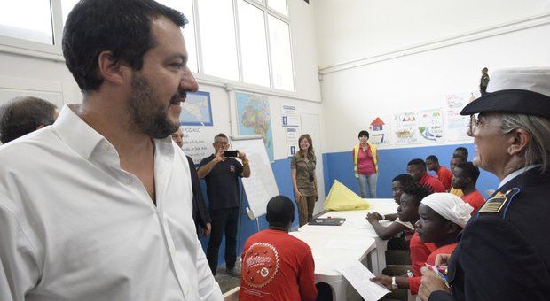 Salvini: «Migranti, serve buon senso. Basta Sicilia campo profughi d'Europa»