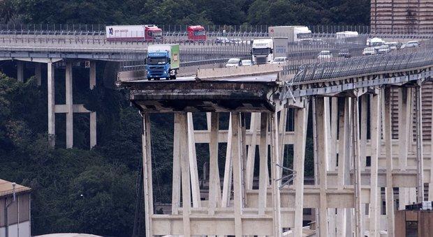 Crolla un ponte sull'A10 a Genova