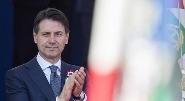 Manovra, nuovo scontro su auto e pensionati Conte: «Bugie sulle tasse»