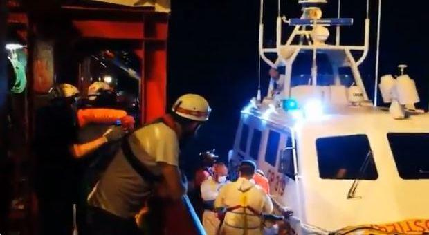 Ocean Viking, migranti a Lampedusa. Ira sindaco: «Accoglienti ma non stupidi»