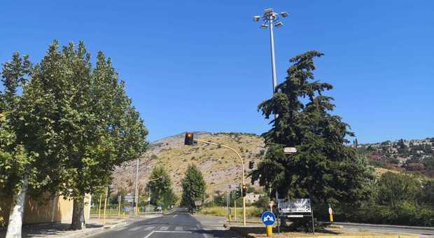 Il semaforo di via Ponte Gagliardo: in passato spesso funzionante e causa di incidenti molto gravi