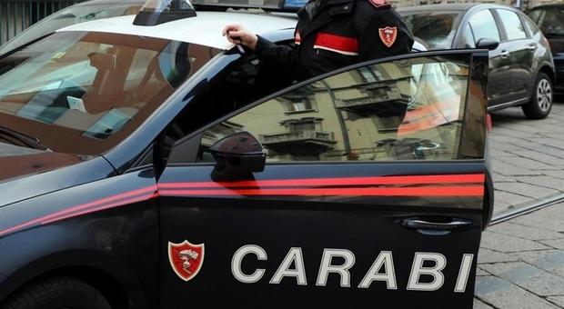 Urbino, gli rubano cellulare e documenti come garanzia del debito da saldare: denunciati
