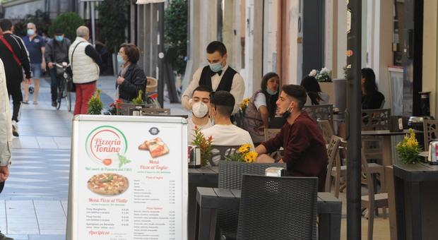 Covid, governo valuta la stretta: ristoranti chiusi presto, lockdown regionali e più smart working