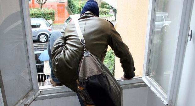 Emergenza furti, scattano le ronde: chiamata a raccolta su WhatsApp