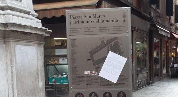 Uno dei volantini affissi a Venezia dal corvo