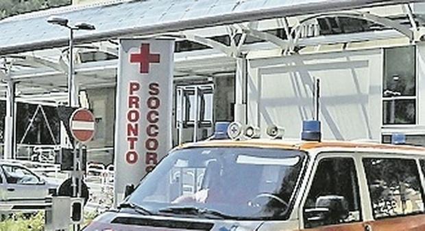 Pesaro, ubriaco al pronto soccorso in piena pandemia, simula malori e sfotte i sanitari: condannato
