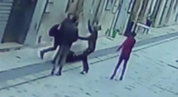 Gay aggredito in strada dal branco di minorenni: insulti, calci e pugni