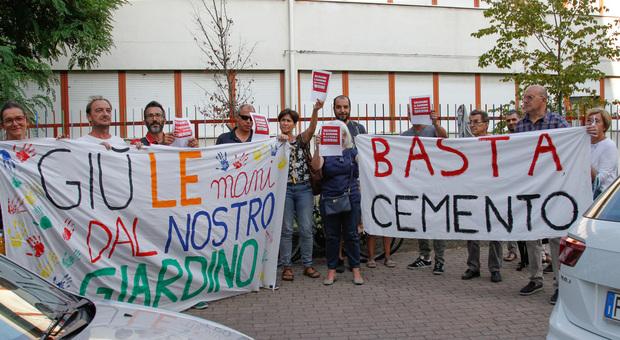 Una recente protesta in difesa del giardino del lotto Luzzatti