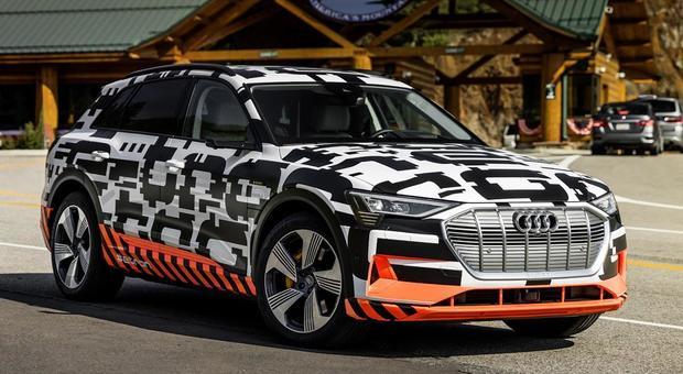L'Audi e-tron camuffata durante i test su strada