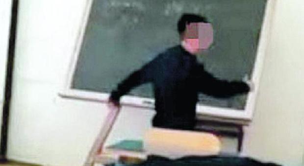 Minacce choc alla prof: «Te squaglio nell'acido». Il video è virale, ma lo studente è impunito