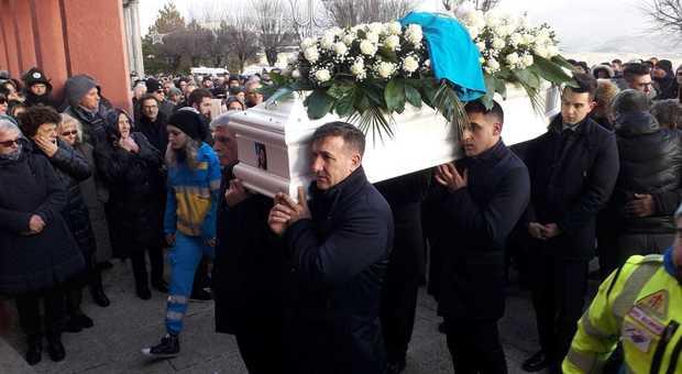 Sara Sforza, dolore e rabbia ai funerali. Il parroco: «Basta con la droga»