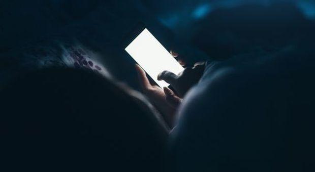 Rimane cieco mentre gioca al cellulare a luci spente, gli esperti: «Sintomo temporaneo frequente»