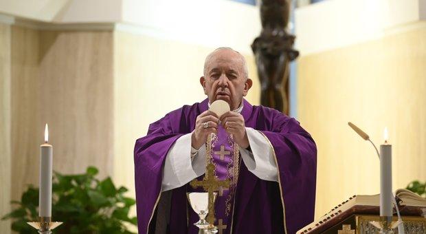 Coronavirus, nuovo tampone per il Papa (negativo): controlli anche per gli ospiti di Santa Marta