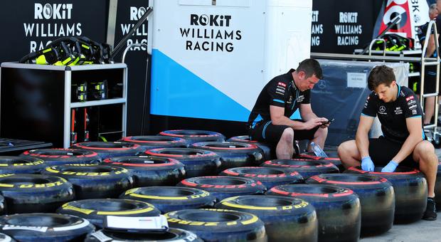Meccanici Williams al lavoro con le gomme Pirelli