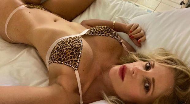Alessia Marcuzzi, il selfie in intimo leopardato è supersexy: follower in estasi