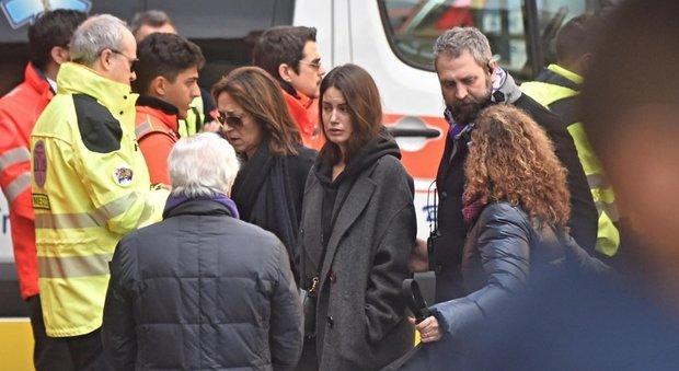 Funerali Astori, lo strazio di Francesca Fioretti aiutata da due persone