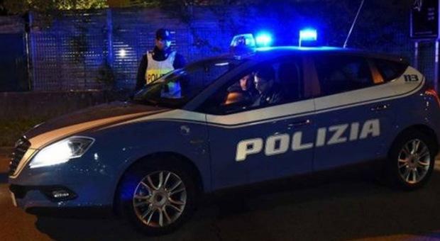 Usa lo scooter senza targa, fugge dalla polizia ma cade: «Non volevo farmi multare»
