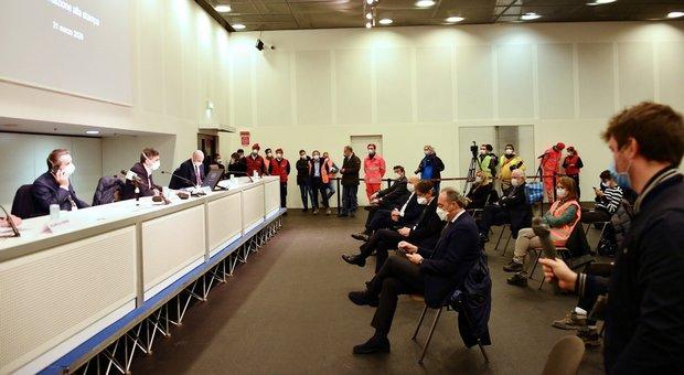 Milano, bufera sull'inaugurazione dell'ospedale Fiera. «Assembramento, sarà nuovo focolaio»